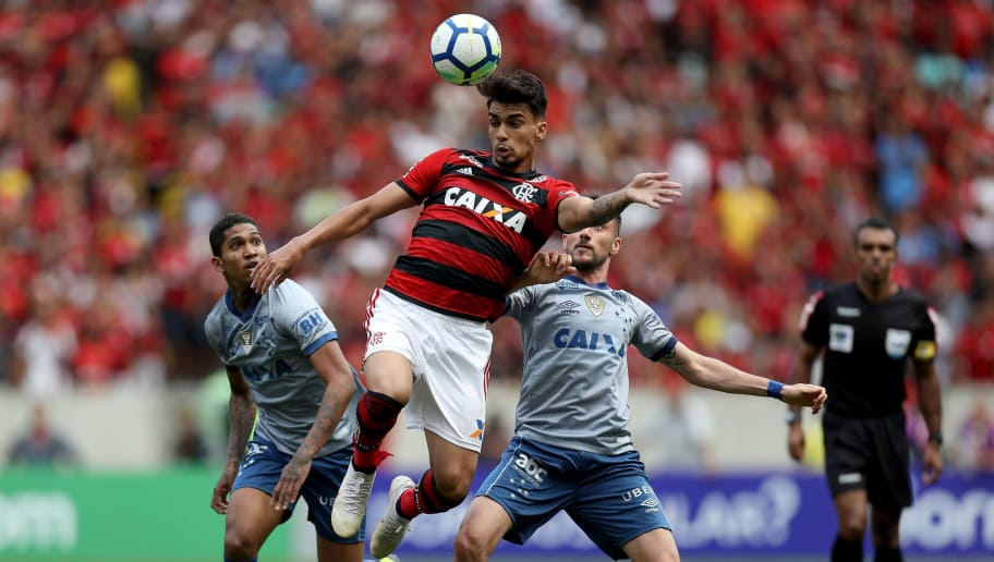 RIO DE JANEIRO, BRAZIL - AUGUST 12: Lucas Paqueta (C) of Flamengo struggles for the ball with Raniel (L) and Marcelo Hermes of Cruzeiro during a match between Flamengo and Cruzeiro as part of Brasileirao Series A 2018 at Maracana Stadium on August 12, 2018 in Rio de Janeiro, Brazil. (Photo by Buda Mendes/Getty Images)