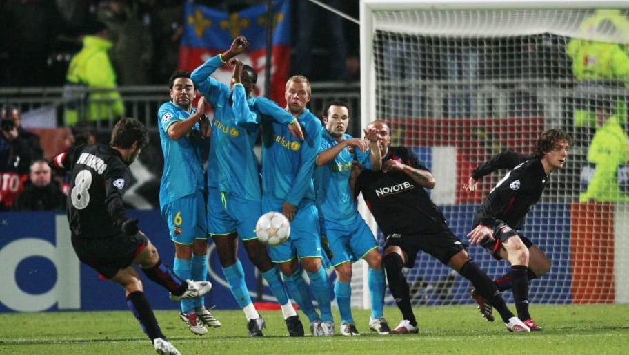Lyon's Brazilian midfielder Juninho (L)