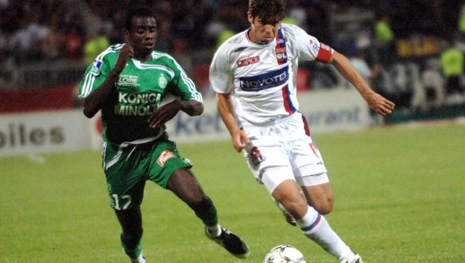Lyon's Brazilian midfielder Juninho (R)