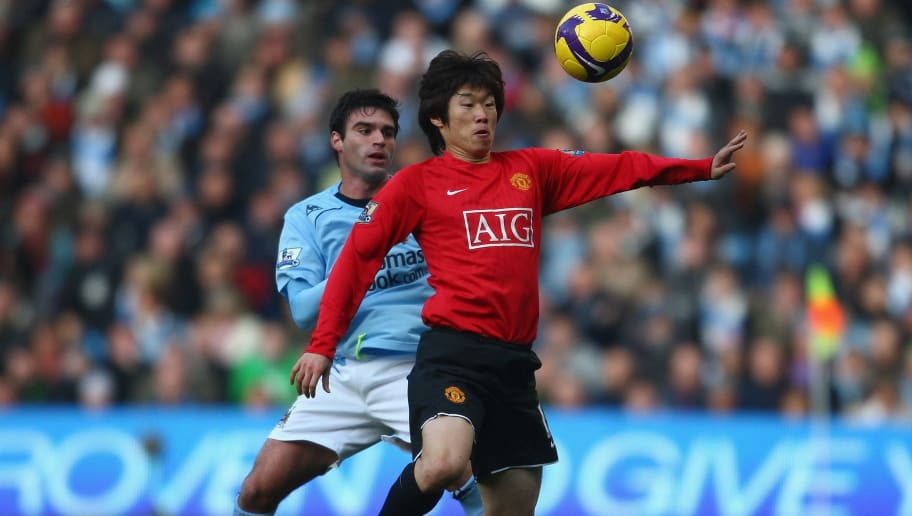 MANCHESTER, UNITED KINGDOM - NOVEMBER 30:  Ji Sung Park of Manchester United controls the ball under pressure from Javier Garrido of Manchester City during the Barclays Premier League match between Manchester City and Manchester United at The City of Manchester Stadium on November 30, 2008 in Manchester, England. (Photo by Jamie McDonald/Getty Images)