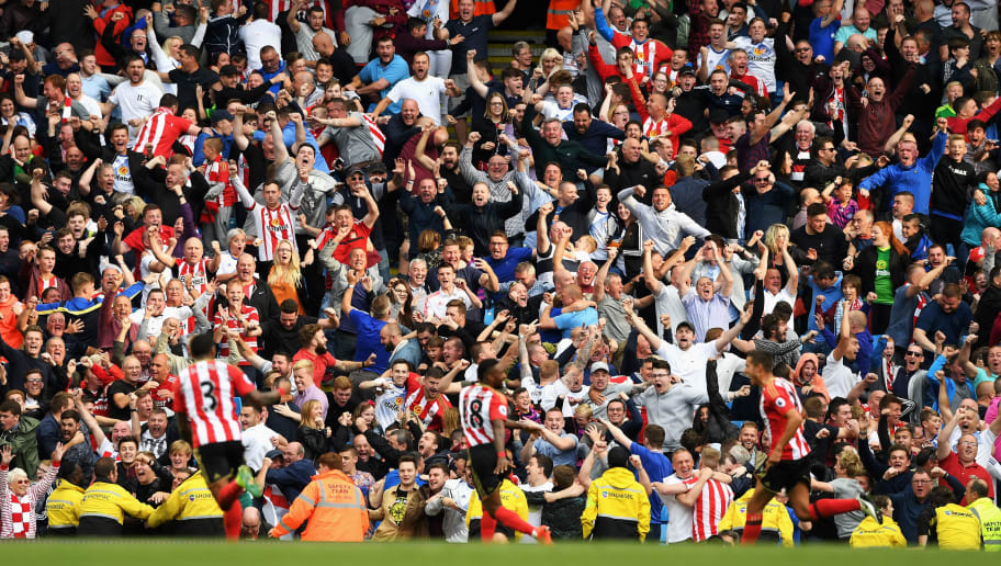 MANCHESTER, ENGLAND - AUGUST 13: Jermain Defoe of Sunderland celebrates scoring his sides first goal with his team mates infront of the Sunderland fans during the Premier League match between Manchester City and Sunderland at Etihad Stadium on August 13, 2016 in Manchester, England.  (Photo by Stu Forster/Getty Images)