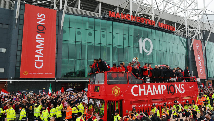 Manchester United supporters welcome a b