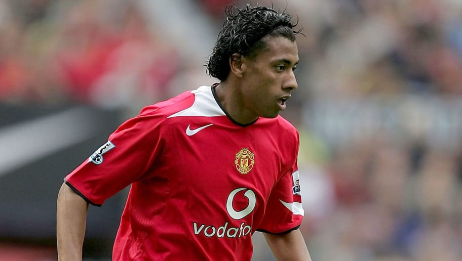MANCHESTER, ENGLAND - AUGUST 30: Kleberson of Man Utd in action during the Barclays Premiership match between Manchester United and Everton at Old Trafford on August 30, 2004 in Manchester, England. (Photo by Alex Livesey/Getty Images)
