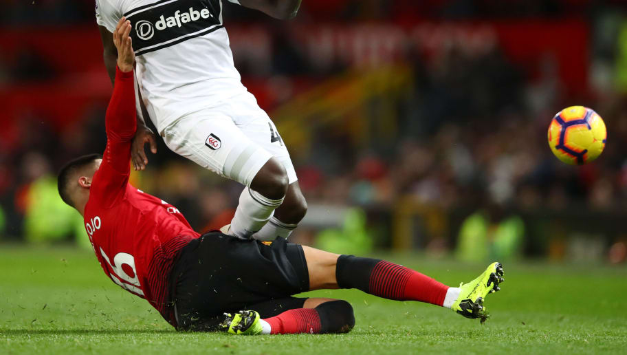 MANCHESTER, ENGLAND - DECEMBER 08:  Aboubakar Kamara of Fulham is challenged by Marcos Rojo of Manchester United during the Premier League match between Manchester United and Fulham FC at Old Trafford on December 8, 2018 in Manchester, United Kingdom.  (Photo by Clive Brunskill/Getty Images)