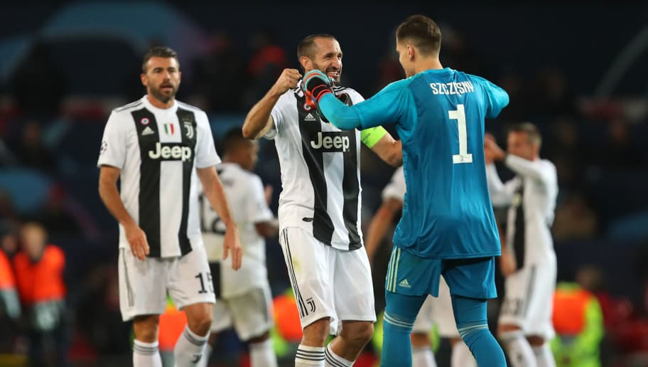 MANCHESTER, ENGLAND - OCTOBER 23:  Wojciech Szczesny and Giorgio Chiellini of Juventus celebrate at the end of the Group H match of the UEFA Champions League between Manchester United and Juventus at Old Trafford on October 23, 2018 in Manchester, United Kingdom. (Photo by Robbie Jay Barratt - AMA/Getty Images)