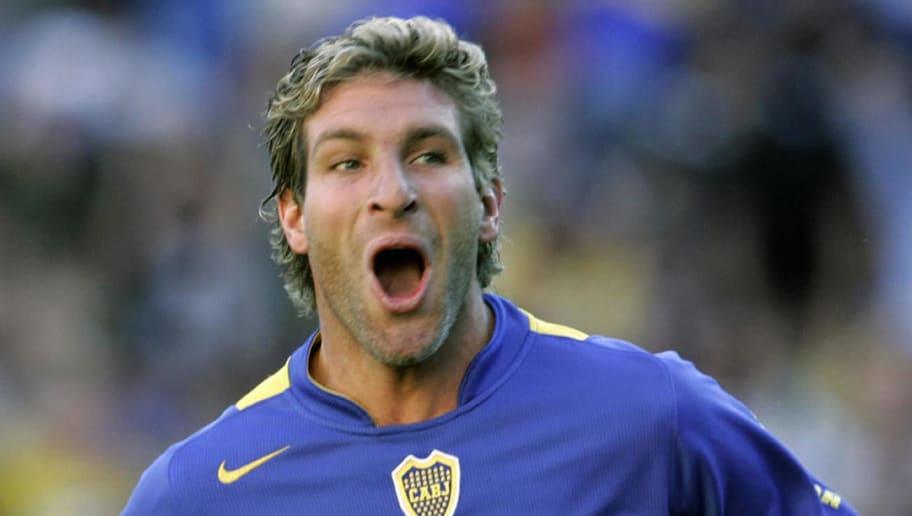 Martin Palermo de Boca Juniors celebra l