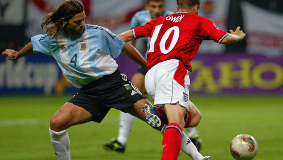 SAPPORO - JUNE 7:  Michael Owen (No.10) of England is tackled in the penalty area by Mauricio Pochettino (No.4) of Argentina during the England v Argentina, Group F, World Cup Group Stage match played at the Sapporo Dome in Sapporo, Japan on June 7, 2002. England won the match 1-0. (Photo by Alex Livesey/Getty Images)