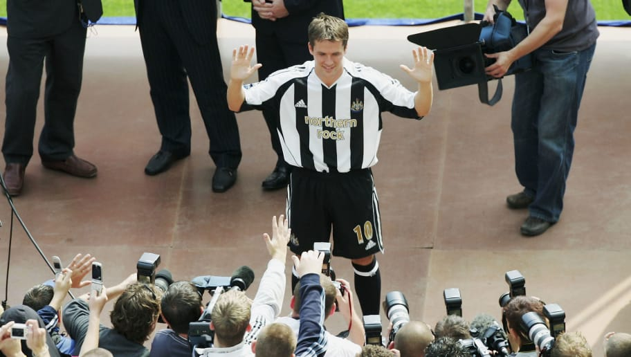NEWCASTLE, ENGLAND - AUGUST 31:  Newcastle United's new signing Michael Owen is introduced to the fans at St James' Park on August 31, 2005 in Newcastle, England.  (Photo by Alex Livesey/Getty Images)
