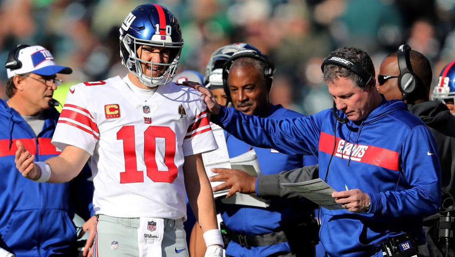 PHILADELPHIA, PENNSYLVANIA - NOVEMBER 25:  Eli Manning #10 of the New York Giants talks with head coach Pat Shurmur during a time out against the Philadelphia Eagles at Lincoln Financial Field on November 25, 2018 in Philadelphia, Pennsylvania. (Photo by Elsa/Getty Images)