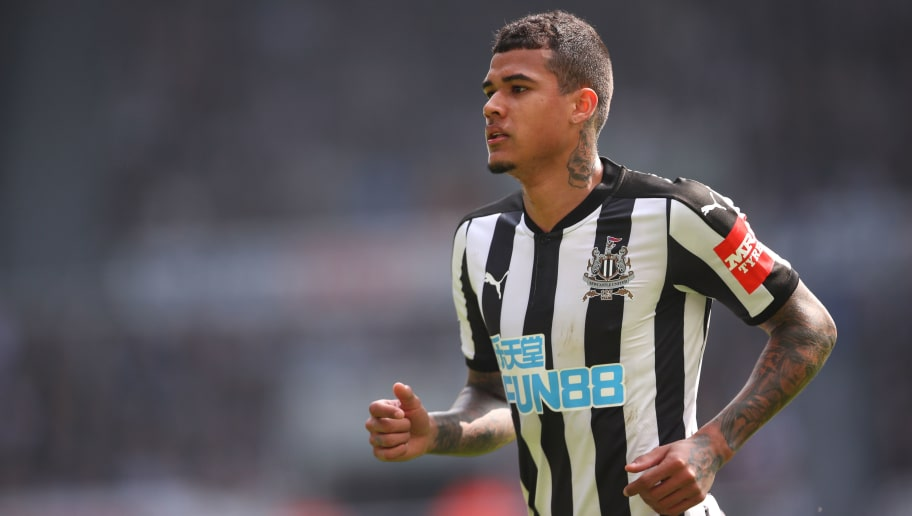 NEWCASTLE UPON TYNE, ENGLAND - APRIL 15: Kenedy of Newcastle United during the Premier League match between Newcastle United and Arsenal at St. James Park on April 15, 2018 in Newcastle upon Tyne, England. (Photo by Robbie Jay Barratt - AMA/Getty Images)