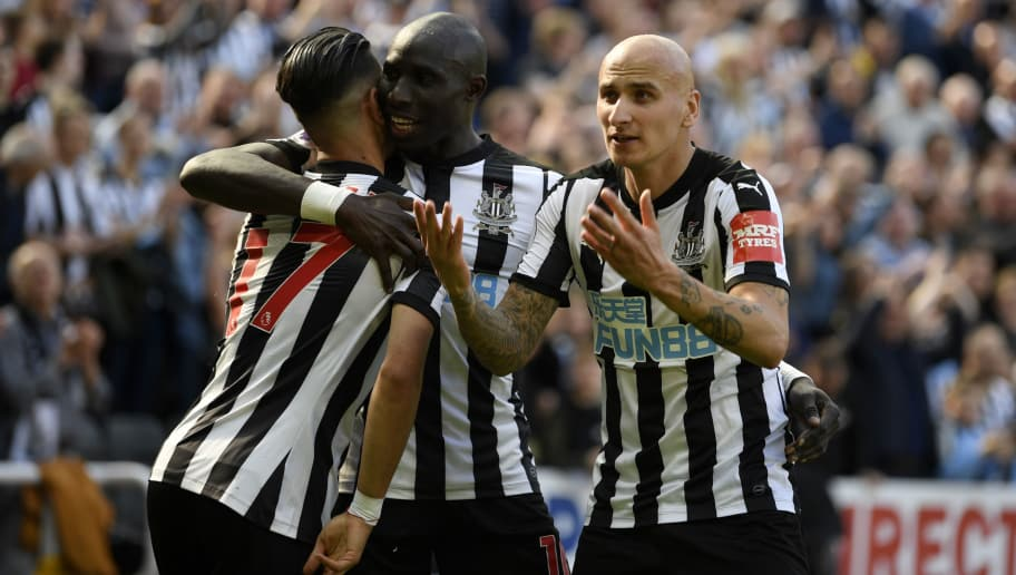 NEWCASTLE UPON TYNE, ENGLAND - MAY 13:  Ayoze Perez of Newcastle United celebrates with teammates after scoring his sides second goal during the Premier League match between Newcastle United and Chelsea at St. James Park on May 13, 2018 in Newcastle upon Tyne, England.  (Photo by Stu Forster/Getty Images)