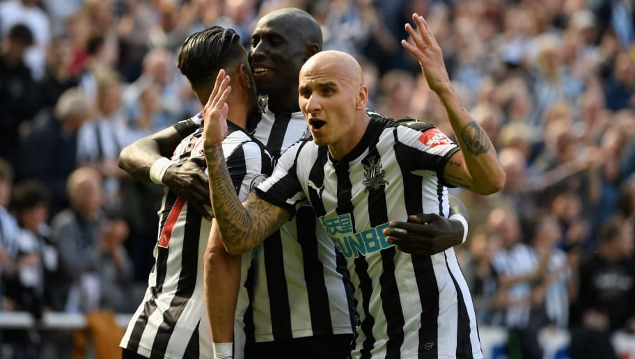 NEWCASTLE UPON TYNE, ENGLAND - MAY 13: Newcastle player Jonjo Shelvey (r) celebrates with goalscorer Ayoze Perez (l) and Mo Diame after the second goal during the Premier League match between Newcastle United and Chelsea at St. James Park on May 13, 2018 in Newcastle upon Tyne, England.  (Photo by Stu Forster/Getty Images)