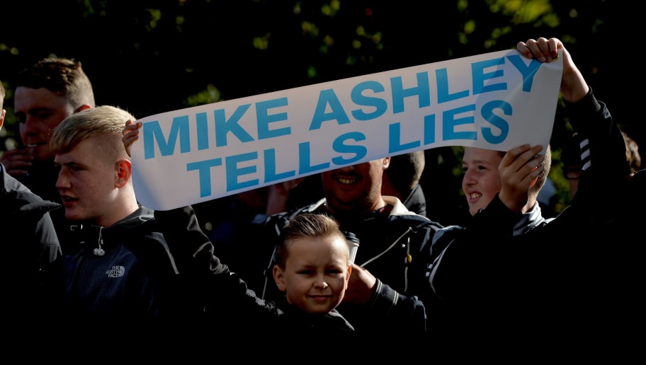 NEWCASTLE UPON TYNE, ENGLAND - SEPTEMBER 29:  Newcastle United fans protest against chairman Mike Ashley outside the stadium prior to the Premier League match between Newcastle United and Leicester City at St. James Park on September 29, 2018 in Newcastle upon Tyne, United Kingdom.  (Photo by Mark Runnacles/Getty Images)