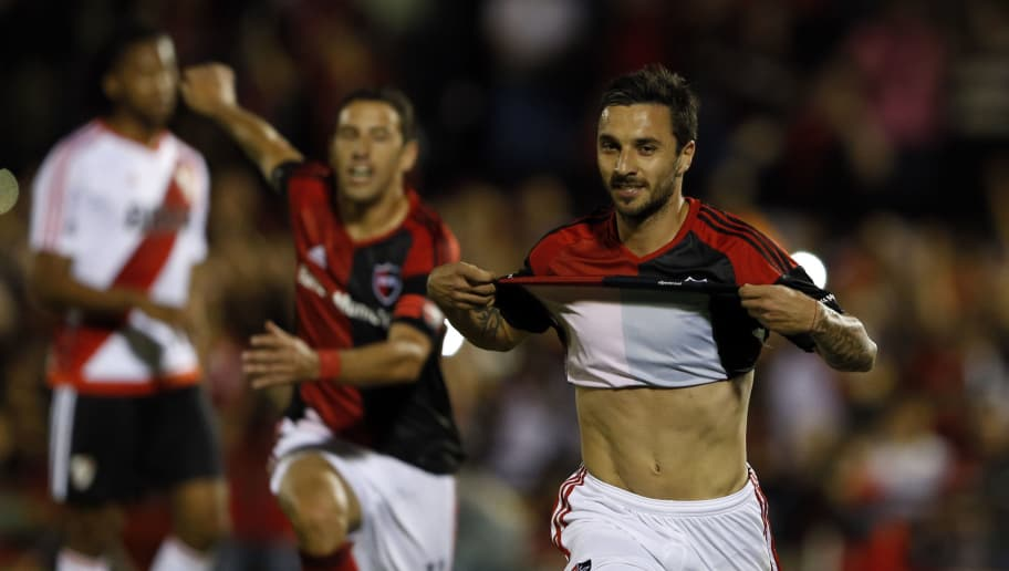 ROSARIO, ARGENTINA - NOVEMBER 20: Ignacio Scocco of Newells Old Boys celebrates after scoring the first goal of his team during the match between Newell's Old Boys and River Plate as part of the Torneo Primera Division 2016/17 at Marcelo Bielsa Stadium on November 20, 2016 in Rosario, Argentina. (Photo by Gustavo Ortiz/LatinContent/Getty Images)