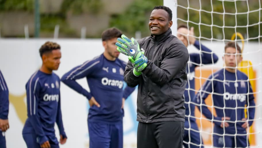 MARSEILLE, FRANCE - NOVEMBER 02:  Steve Mandanda warms up during a Olympique de Marseille  training session  at Centre Robert-Louis Dreyfus on November 2, 2018 in Marseille, France.  (Photo by Guillaume Ruoppolo - OM/Getty Images)