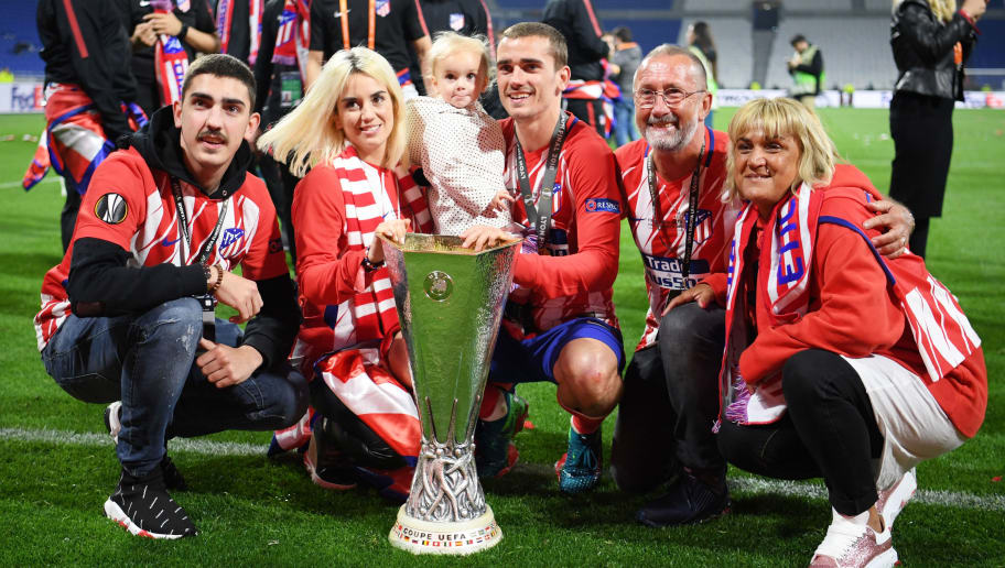 LYON, FRANCE - MAY 16:  Antoine Griezmann of Atletico Madrid celebrates with the trophy and family following the UEFA Europa League Final between Olympique de Marseille and Club Atletico de Madrid at Stade de Lyon on May 16, 2018 in Lyon, France.  (Photo by Matthias Hangst/Getty Images)