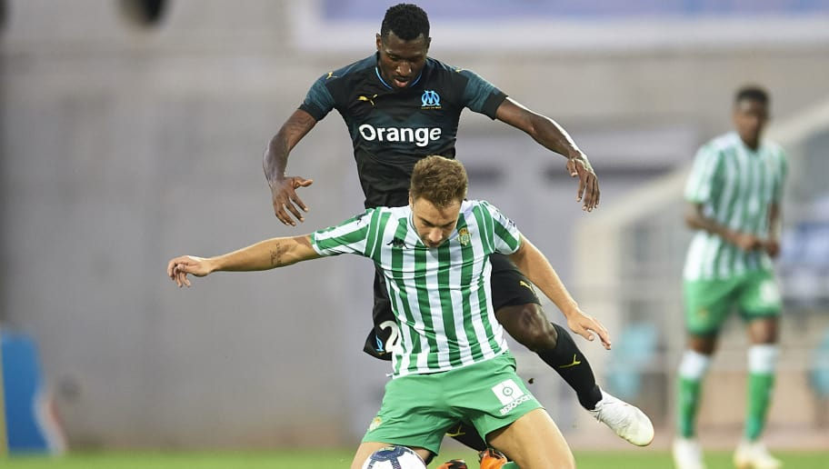 FARO, PORTUGAL - JULY 25:  Andre Zambo Anguissa of Olympique Marseille (L) competes for the ball with Loren Moron of Real Betis Balompie (R) during the pre-season friendly match between Olympique Marseille and Real Betis at Estadio Algarve on July 25, 2018 in Faro, Portugal.  (Photo by Aitor Alcalde Colomer/Getty Images)