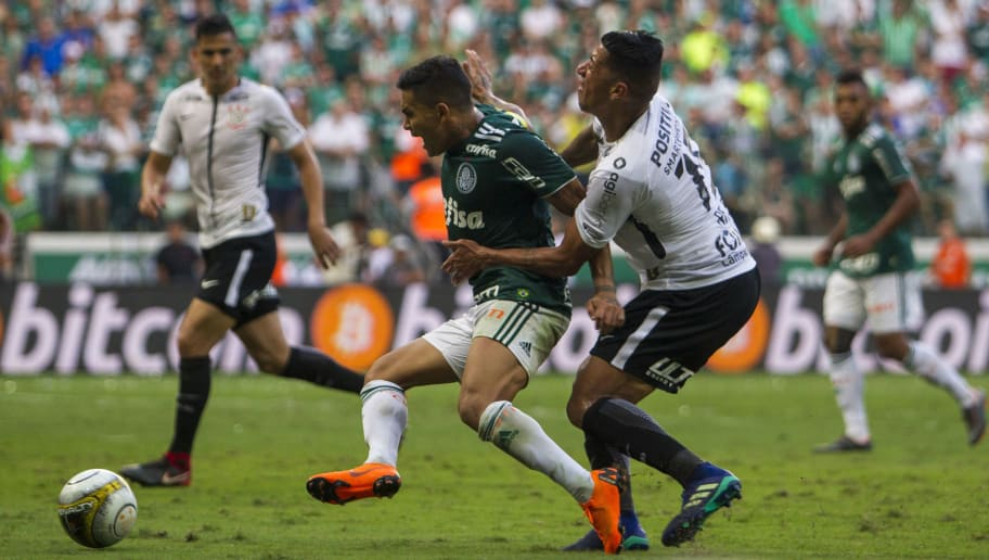 SAO PAULO, BRAZIL - APRIL 8: Dudu (L) of Palmeiras vies with Ralf of Corinthians during a match between Palmeiras and Corinthians of the final of Paulista Championship 2018 at Allianz Parque on April 8, 2018 in Sao Paulo, Brazil. (Photo by Miguel Schincariol/Getty Images)