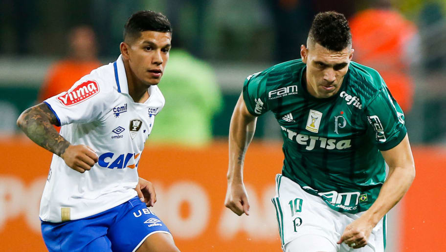 SAO PAULO, BRAZIL - OCTOBER 30: Lucas Romero (L) of Cruzeiro and Moises of Palmeiras in action during the match between Palmeiras and Cruzeiro for the Brasileirao Series A 2017 at Allianz Parque Stadium on October 30, 2017 in Sao Paulo, Brazil. (Photo by Alexandre Schneider/Getty Images)