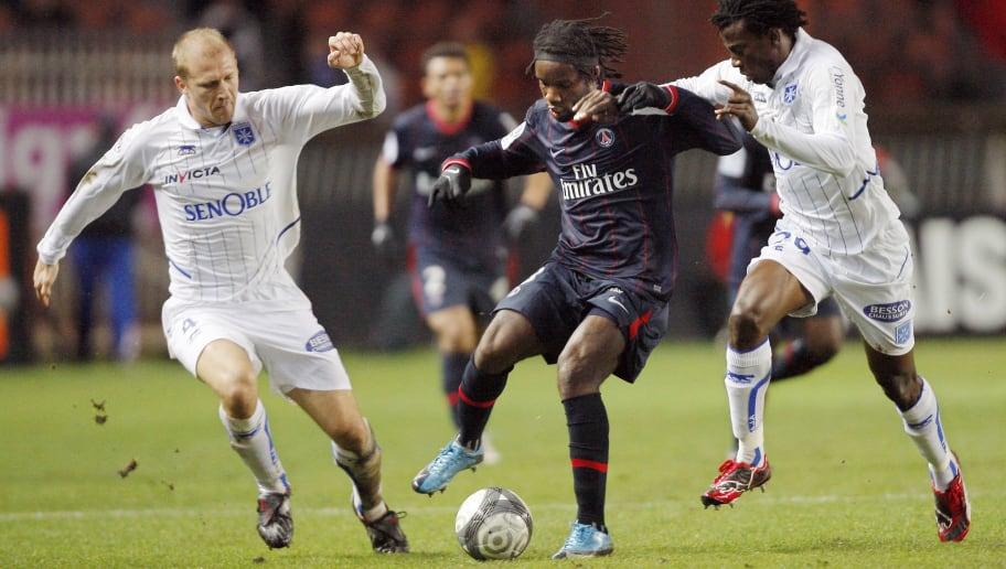 Paris' Peguy Luyindula (C) vies with Aux