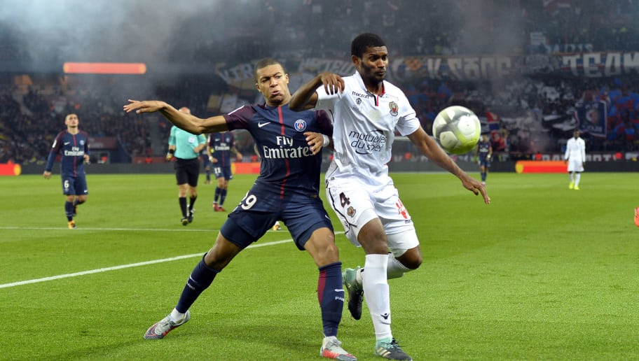 PARIS, FRANCE - OCTOBER 27: Kylian Mbappe of Paris Saint-Germain and Marlon Santos of OGC Nice fight for the ball during the Ligue 1 match between Paris Saint Germain and OGC Nice at Parc des Princes on October 27, 2017 in Paris, France. (Photo by Aurelien Meunier/Getty Images)