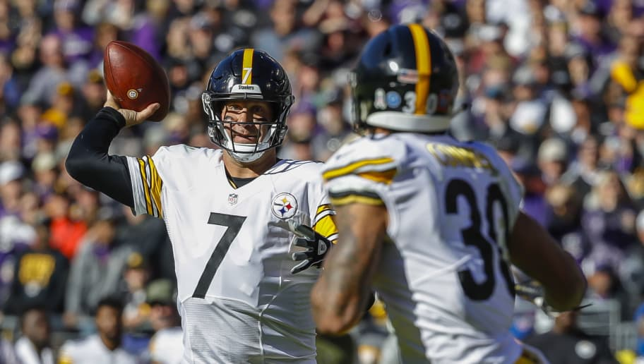 BALTIMORE, MD - NOVEMBER 04: Ben Roethlisberger #7 of the Pittsburgh Steelers throws a touchdown pass to James Conner #30 during the first quarter against the Baltimore Ravens at M&T Bank Stadium on November 4, 2018 in Baltimore, Maryland. (Photo by Scott Taetsch/Getty Images)