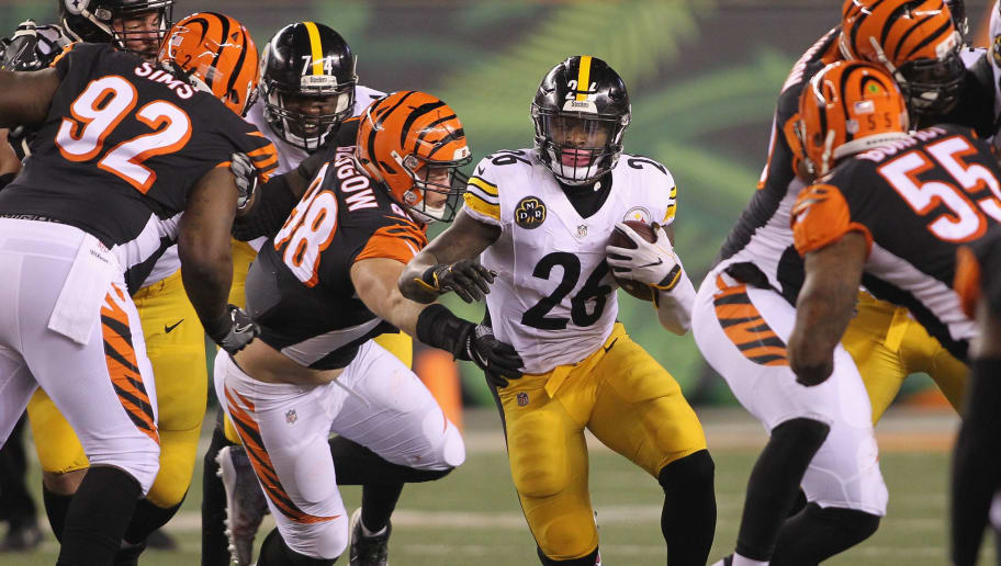 CINCINNATI, OH - DECEMBER 04:  Le'Veon Bell #26 of the Pittsburgh Steelers runs the football upfield during the game against the Cincinnati Bengals at Paul Brown Stadium on December 4, 2017 in Cincinnati, Ohio.The Steelers defeated the Bengals 23-20.  (Photo by John Grieshop/Getty Images)