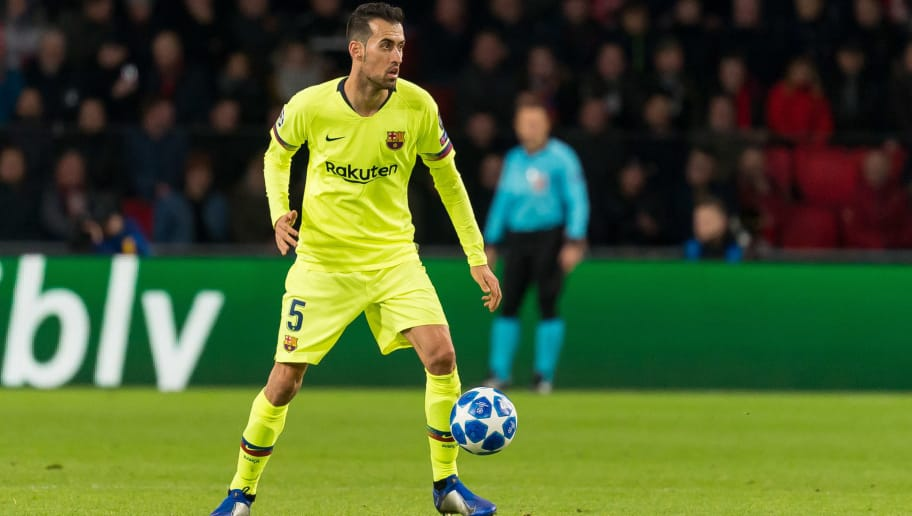 EINDHOVEN, NETHERLANDS - NOVEMBER 28: Sergio Busquets of Barcelona controls the ball during the Group B match of the UEFA Champions League between PSV and FC Barcelona at Philips Stadion on November 28, 2018 in Eindhoven, Netherlands. (Photo by TF-Images/TF-Images via Getty Images)
