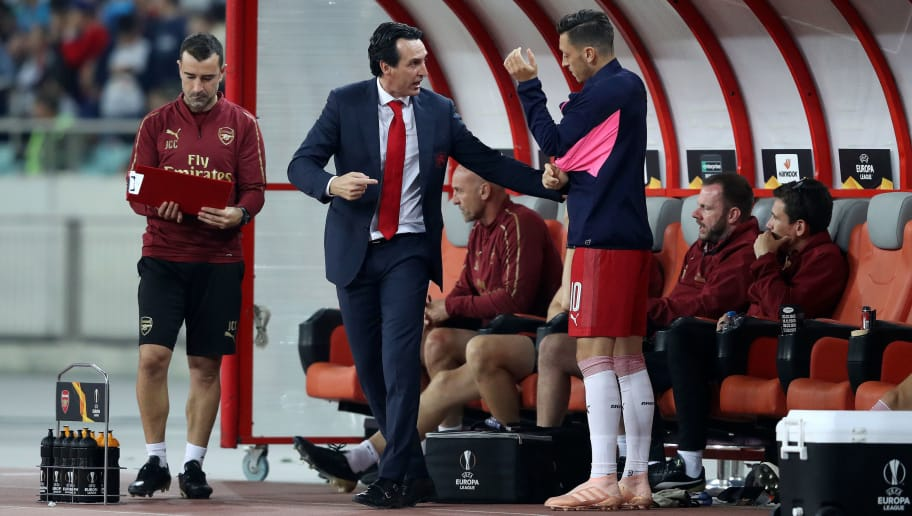 BAKU, AZERBAIJAN - OCTOBER 04:  Unai Emery, Manager of Arsenal gives instructions to Mesut Ozil of Arsenal as he prepares to come on during the UEFA Europa League Group E match between Qarabag FK and Arsenal at  on October 4, 2018 in Baku, Azerbaijan.  (Photo by Francois Nel/Getty Images)