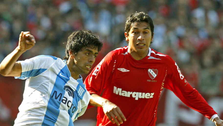 Racing Club's Oscar Lucero (L) vies for