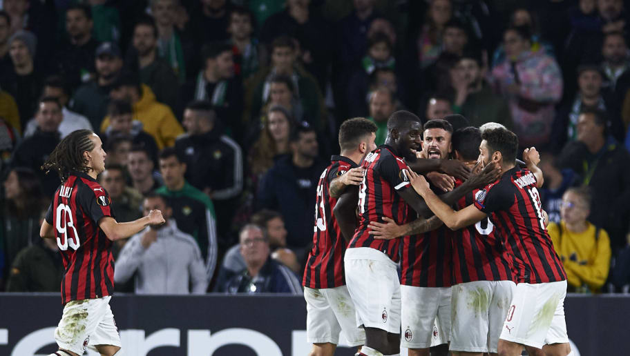 SEVILLE, SPAIN - NOVEMBER 08:  Suso of AC Milan celebrates with teammtes after scoring te first goal of his team during the UEFA Europa League Group F match between Real Betis and AC Milan at Estadio Benito Villamarin on November 8, 2018 in Seville, Spain.  (Photo by Aitor Alcalde/Getty Images)