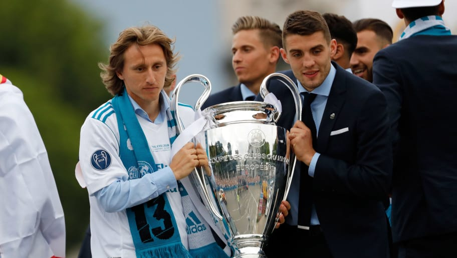 MADRID, SPAIN - MAY 27: Luka Modric of Real Madrid and Mateo Kovacic of Real Madrid celebrate with the trophy after winning yesterday's Uefa Champions League Final match at Cibeles Square on May 27, 2018 in Madrid, Spain. (Photo by TF-Images/Getty Images)