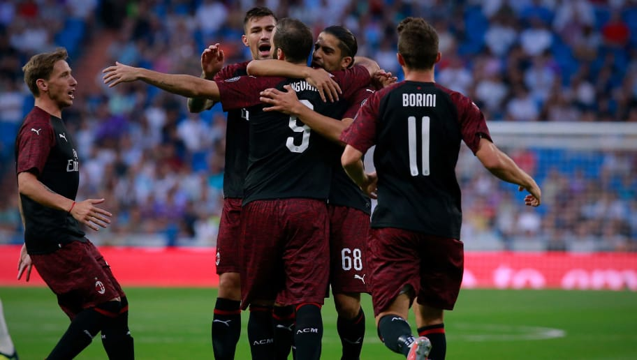 MADRID, SPAIN - AUGUST 11: AC Milan team celebrates Gonzalo Higuain (3dL) first goal during the Santiago Bernabeu Trophy between Real Madrid CF and AC Milan at Estadio Santiago Bernabeu on August 11, 2018 in Madrid, Spain. (Photo by Gonzalo Arroyo Moreno/Getty Images)