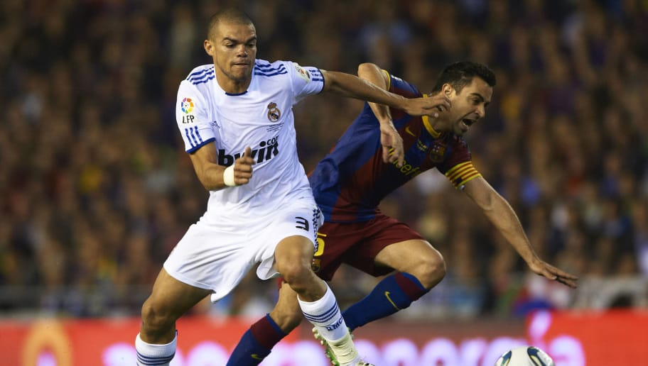 VALENCIA, BARCELONA - APRIL 20: Xavi Hernandez (r) of Barcelona and Pepe of Real Madrid competes for the ball during the Copa del Rey final match between Real Madrid and Barcelona at Estadio Mestalla on April 20, 2011 in Valencia, Spain.  (Photo by Manuel Queimadelos Alonso/Getty Images)