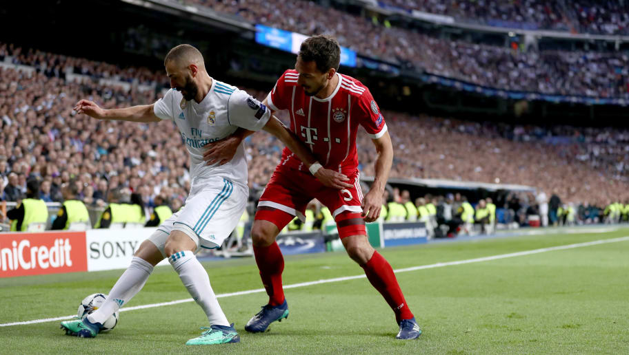 MADRID, SPAIN - MAY 01:  Karim Benzema of Madrid is challenged by MAts Hummles of Muenchen during the UEFA Champions League Semi Final Second Leg match between Real Madrid and Bayern Muenchen at the Bernabeu on May 1, 2018 in Madrid, Spain.  (Photo by Lars Baron/Bongarts/Getty Images)
