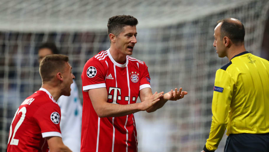 MADRID, SPAIN - MAY 01:  Robert Lewandowski and Joshua Kimmich of Bayern Muenchen appeals to the additional assistant referee during the UEFA Champions League Semi Final Second Leg match between Real Madrid and Bayern Muenchen at the Bernabeu on May 1, 2018 in Madrid, Spain.  (Photo by Catherine Ivill/Getty Images)