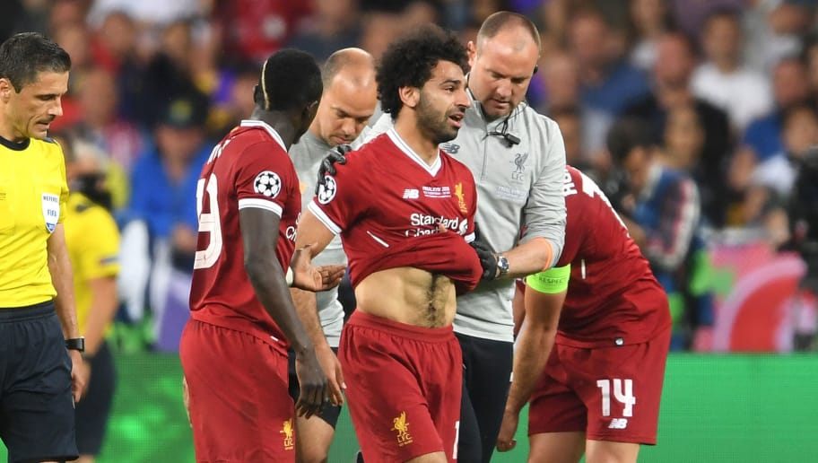 KIEV, UKRAINE - MAY 26:  Sadio Mane consoles team mate Mohamed Salah of Liverpool as he leaves the pitch injured during the UEFA Champions League Final between Real Madrid and Liverpool at NSC Olimpiyskiy Stadium on May 26, 2018 in Kiev, Ukraine.  (Photo by Laurence Griffiths/Getty Images)