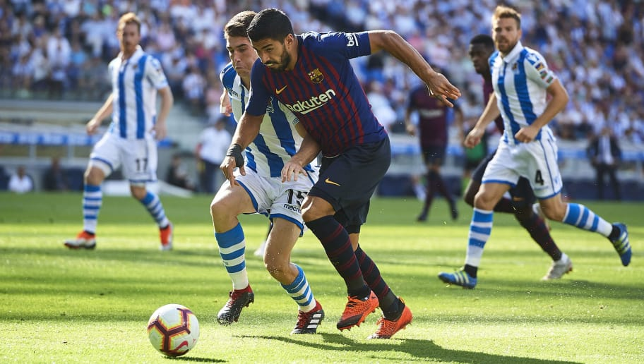 SAN SEBASTIAN, SPAIN - SEPTEMBER 15:  Luis Suarez of FC Barcelona duels for the ball with Aritz Elustondo of Real Sociedad during the La Liga match between Real Sociedad de Futbol and FC Barcelona at Estadio Anoeta on September 15, 2018 in San Sebastian, Spain.  (Photo by Juan Manuel Serrano Arce/Getty Images)
