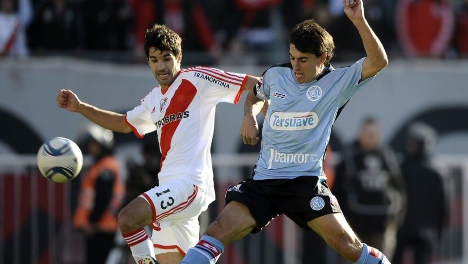 River Plate's defender Juan Diaz (L)  vi