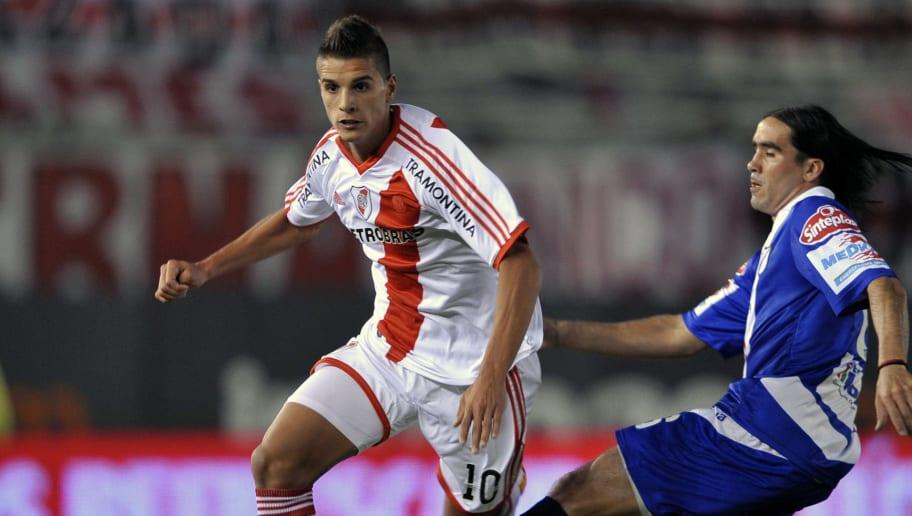River Plate's midfielder Erik Lamela (L)