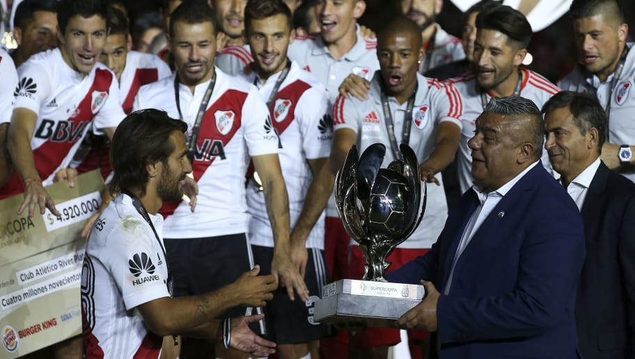MENDOZA, ARGENTINA - MARCH 14: Claudio Tapia, President of the Argentine Football Association hands over the Supercopa Argentina 2018 throphy to Leonardo Ponzio of River Plate after winning the final match against Boca Juniors at Malvinas Argentinas Stadium on March 14, 2018 in Mendoza, Argentina. (Photo by Agustin Marcarian/Getty Images)