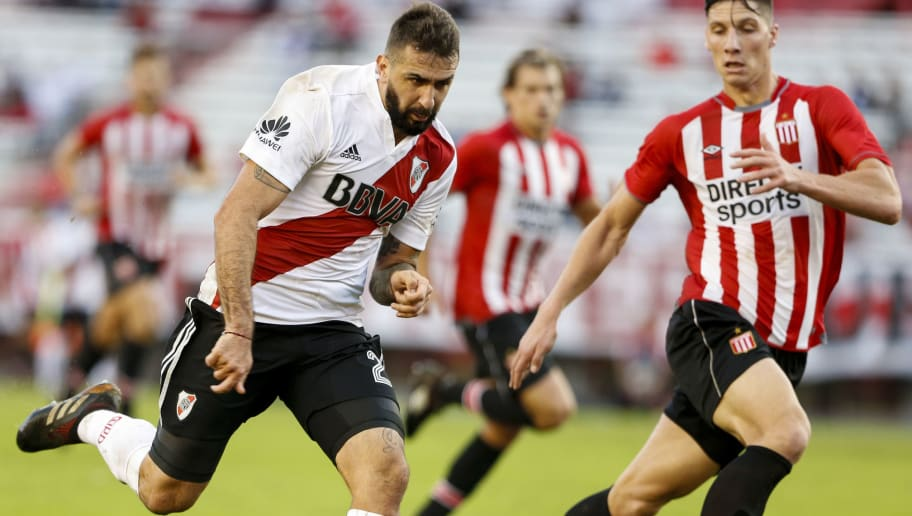BUENOS AIRES, ARGENTINA - MAY 11: Lucas Pratto of River Plate fights for the ball with Lucas Prattoof Estudiantes  during a match between River Plate and Estudiantes de La Plata as part of Superliga 2017/18 at Estadio Monumental Antonio Vespucio Liberti on May 10, 2018 in Buenos Aires, Argentina. (Photo by Gabriel Rossi/Getty Images)