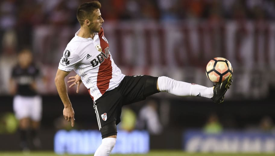 BUENOS AIRES, ARGENTINA - OCTOBER 24: Marcelo Saracchi of River Plate controls the ball during a first leg match between River Plate and Lanus as part of semifinals of Copa CONMEBOL Libertadores Bridgestone 2017 at Monumental Stadium on October 24, 2017 in Buenos Aires, Argentina. (Photo by Marcelo Endelli/Getty Images)