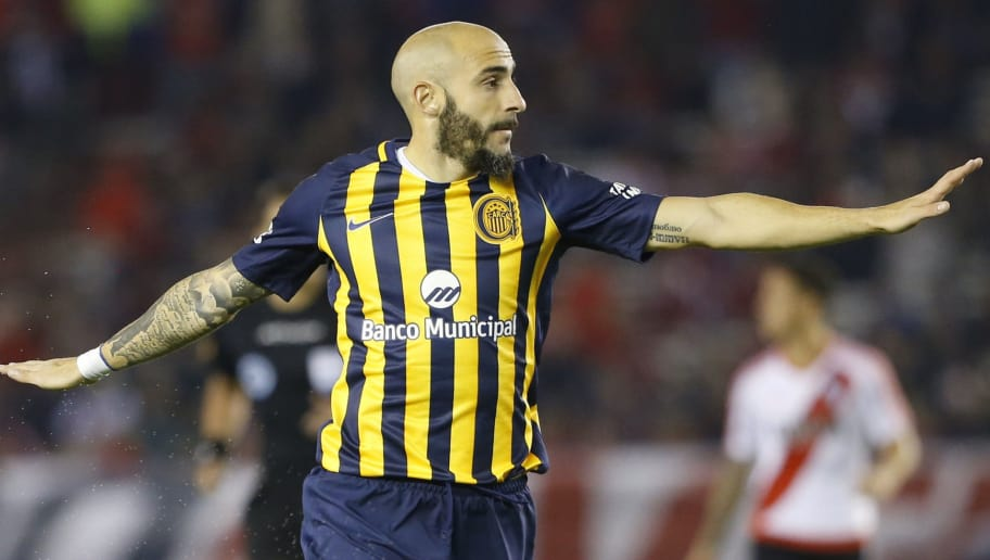 BUENOS AIRES, ARGENTINA - MAY 28: Javier Pinola of Rosario Central in action  during a match between River Plate and Rosario Central as part of Torneo Primera Division 2016/17 at Monumental Stadium on May 28, 2017 in Buenos Aires, Argentina. (Photo by Gabriel Rossi/LatinContent/Getty Images)