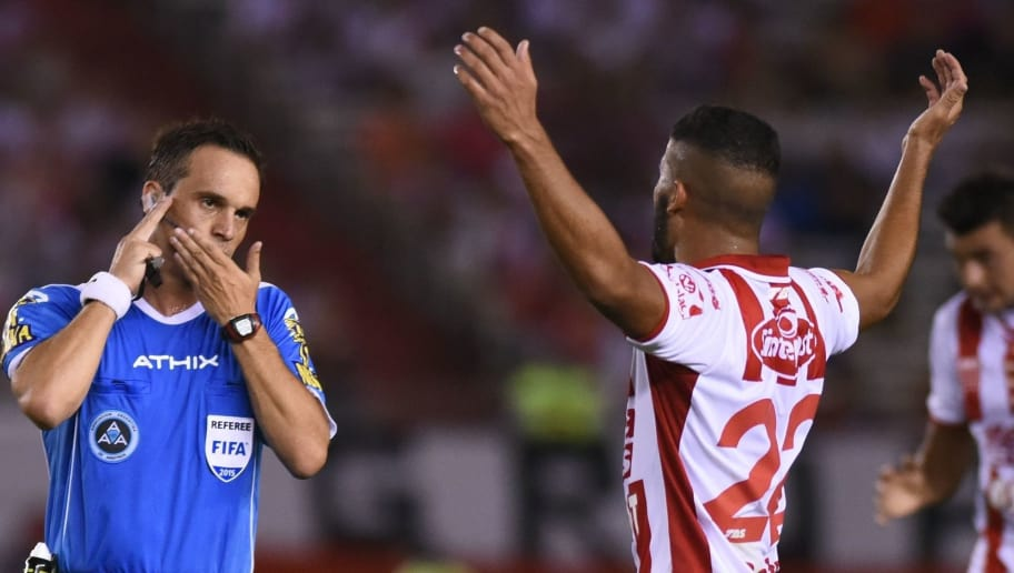 BUENOS AIRES, ARGENTINA - MARCH 08:  Emanuel Britez of Santa Fe argues with the referee during a match between River Plate and Union Santa Fe as part of fourth round of Torneo Primera Division 2015 at Monumental Antonio Vespucio Liberti Stadium on March 08, 2015 in Buenos Aires, Argentina. (Photo by Amilcar Orfali/LatinContent/ Getty Images)