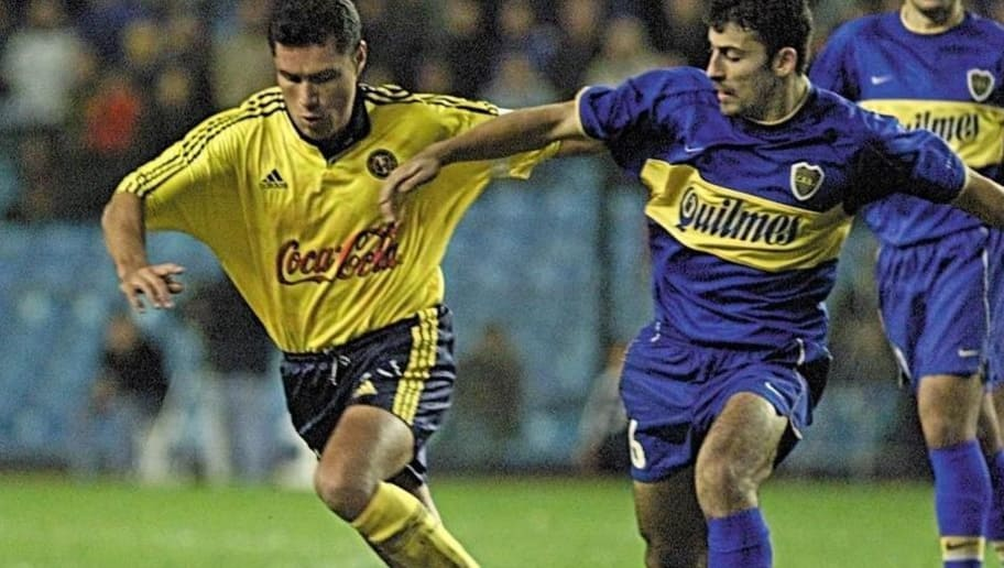 BUENOS AIRES, ARGENTINA:  Rodrigo Lara (L) Of America battles for the ball with Walter Samuel (R) of Boca Junior 31 May, 2000 during a game of Copa Libertadores in Buenos Aires.  (ELECTRONIC IMAGE)   AFP PHOTO / Daniel GARCIA (Photo credit should read DANIEL GARCIA/AFP/Getty Images)
