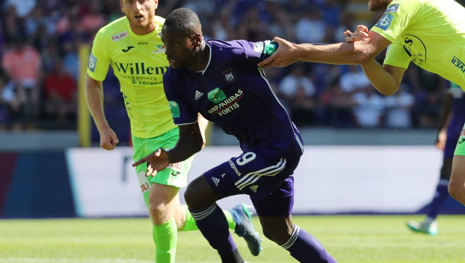 BRUSSELS, BELGIUM - AUGUST 05: Landry Dimata and Goran Milovic fight for the ball during the Jupiler Pro League match between RSC Anderlecht and KV Oostende at Constant Vanden Stock Stadium on August 5, 2018 in Brussels, Belgium. (Photo by Vincent Van Doornick/Isosport/MB Media/Getty Images)