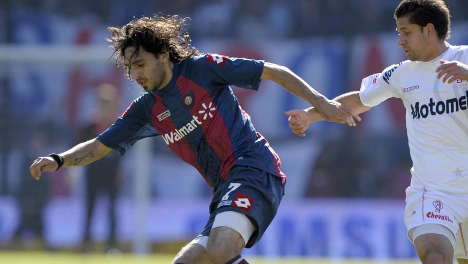 San Lorenzo's footballer Andres Silvera (L) vies for the ball with Cesar Gonzalez of Huracan during their Argentina first division football match, in Buenos Aires, on June 14, 2009.   Huracan won 1-0.   AFP PHOTO/Alejandro PAGNI (Photo credit should read ALEJANDRO PAGNI/AFP/Getty Images)