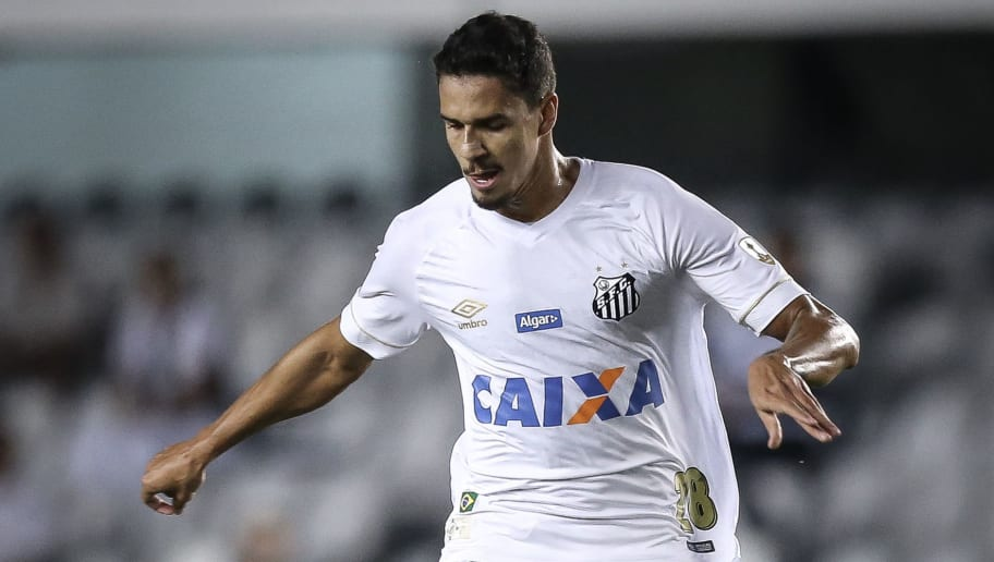 SANTOS, BRAZIL - MAY 24: Lucas Verissimo #28 of Santos on the ball during the match between Santos and Real Garcilaso (PER) as a part of Copa Libertadores 2018 at Vila Belmiro Stadium on May 24, 2018 in Santos, Brazil. (Photo by Ricardo Nogueira/Getty Images)