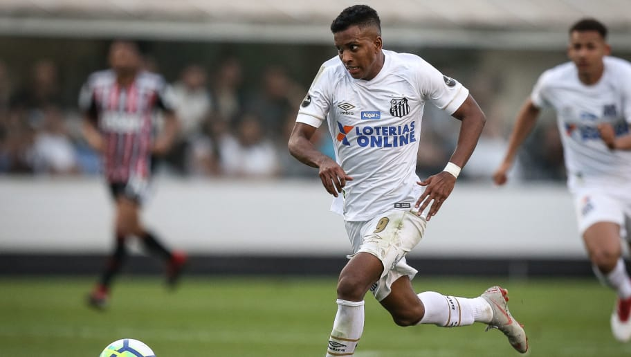 SANTOS, BRAZIL, SEPTEMBER 16: Rodrygo #9 of Santos controls the ball during the match between Santos and Sao Paulo as a part of Campeonato Brasileiro 2018 at Vila Belmiro Stadium on September 16, 2018 in Santos, Brazil. (Photo by Ricardo Nogueira/Getty Images)